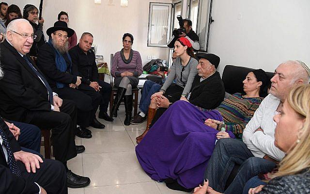 Le président Reuven Rivlin, à gauche, rencontre la famille du soldat Yovel Mor Yosef, tué dans un attentat terroriste au carrefour de Givat Assad en Cisjordanie, à Ashkelon, le 18 décembre 2018 (Crédit : Haim Zach/GPO)