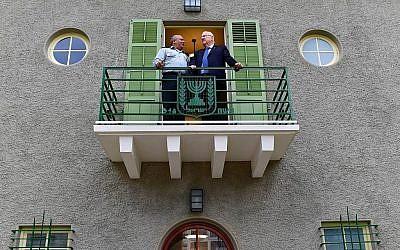 Le président Reuven Rivlin, à droite, et le chef d'Etat-major de l'armée israélienne   Gadi Eisenkot visitent la résidence du Premier ministre au complexe Sarona de Tel Aviv, le 2 décembre 2018 (Crédit :  Kobi Gideon/GPO)