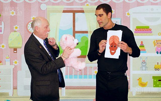 """Le comédien juif Sacha Baron Cohen (à droite) déguisé pour une nouvelle série, """"Who Is America?"""", en juillet 2018. (Capture d'écran : YouTube)"""