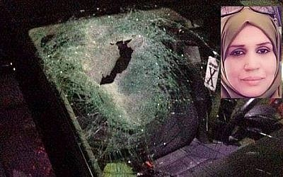 Une voiture appartenant à une famille Palestinienne impliquée dans un accident meurtrier à cause de jets de pierres qui auraient été lancées par des habitants d'implantation au carrefour de Tapuah en Cisjordanie, le 12 octobre 2018 (Crédit : Zachariah Sadeh/Rabbis for Human Rights); Aisha Muhammad Talal Rabi (Autorisation)