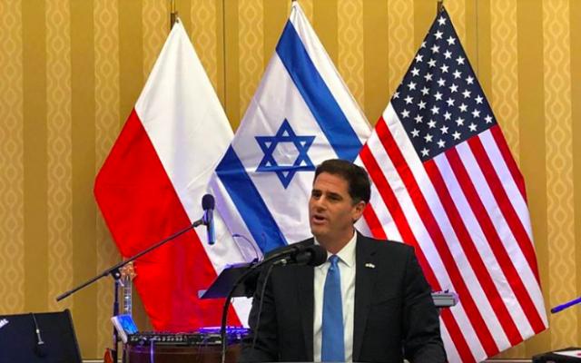 L'ambassadeur d'Israël aux États-Unis Ron Dermer prend la parole lors d'une réception à l'occasion de Hanoukka à la résidence de l'ambassadeur de Pologne à Washington, Piotr Wilczek, le 3 décembre 2018 (Capture d'écran : facebook.com/ambdermermer)