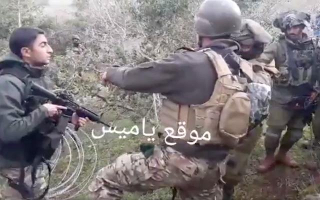 Altercation entre soldats israéliens et libanais à la frontière, sur le  placement du fil barbelé concertina entre les deux pays, en présence de la FINUL le 17 décembre 2018. (Crédit : capture d'écran Twitter)