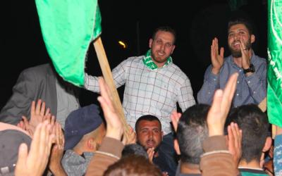 Les frères Asem (G) et Salih (D) Barghouti lors d'un rassemblement à Kobar après leur libération de prison israélienne, en avril 2018. (Capture d'écran : Twitter)