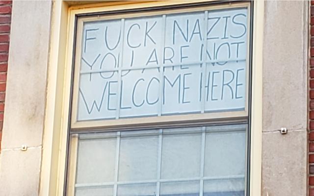 Nicole Parsons, étudiante à l'université de Massachusetts, Amherst, a déclaré avoir décidé d'afficher ce panneau après qu'une croix gammée a été dessinée sur un panneau Happy Hanukkah. (Autorisation)