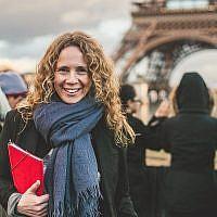 Sharon Heinrich à Paris, près de la Tour Eiffel (Crédit : Eyal Yassky-Weiss)