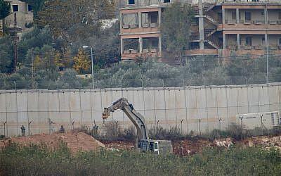 Une pelleteuse militaire israélienne est à l'œuvre à la frontière avec le Liban dans la ville de Metulla, au nord d'Israël, le 4 décembre 2018. (AP Photo/Ariel Schalit)