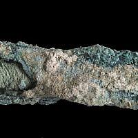Une mèche de lin de l'ère byzantine. (Crédit : Clara Amit, Israel Antiquities Authority)