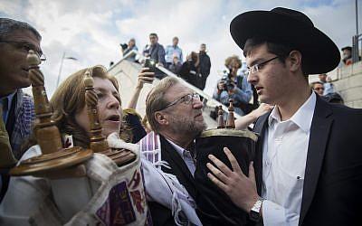 Des Juifs orthodoxes tentent d'empêcher un groupe de Juifs américains réformés et conservateurs et des Femmes du mur d'emmener un Sefer Torah dans la section réservée aux femmes du mur Occidental, le 2 novembre 2016. (Crédit : Hadas Parush/Flash90)