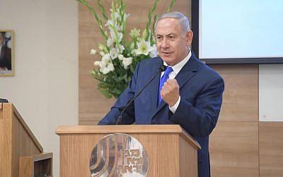 Le Premier ministre Benjamin Netanyahu prononce un discours lors d'une cérémonie de remise de distinctions au siège du Shin Bet à Tel Aviv, le 4 décembre 2018 (Crédit :  Amos Ben Gershom/GPO)
