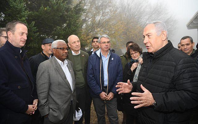 Le Premier ministre Benjamin Netanyahu avec des diplomates basés en Israël à la frontière avec t le Liban pour leur montrer les tunnels souterrains du Hezbollah, le 6 décembre 2018..(Crédit : Haim Tzach/GPO)