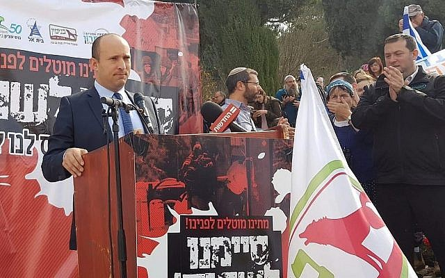 Le leader du parti HaBayit HaYehudi Naftali Bennett lors d'un rassemblement contre les attentats actuels contre des Israéliens, en Cisjordanie devant le bureau du Premier ministre à Jérusalem, le 16 décembre 2018 (Autorisation)