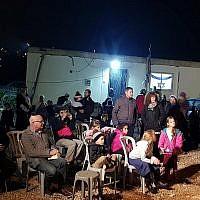 Des résidents de l'implantation de Kiryat Arba assistent à une cérémonie à l'avant-poste de Mevaser marquant l'arrivée des premières familles dans la communauté des collines en réponse à la récente vague d'attaques palestiniennes le 16 décembre 2018. (Conseil local de Kiryat Arba Hébron)