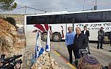 Le Premier ministre Benjamin Netanyahu (à droite) visite la jonction Givat Assaf avec le président du conseil local de Beit El, Shai Alon, où deux soldats de l'armée israélienne ont été tués dans un attentat terroriste, le 18 décembre 2018. (Conseil local de Beit El)