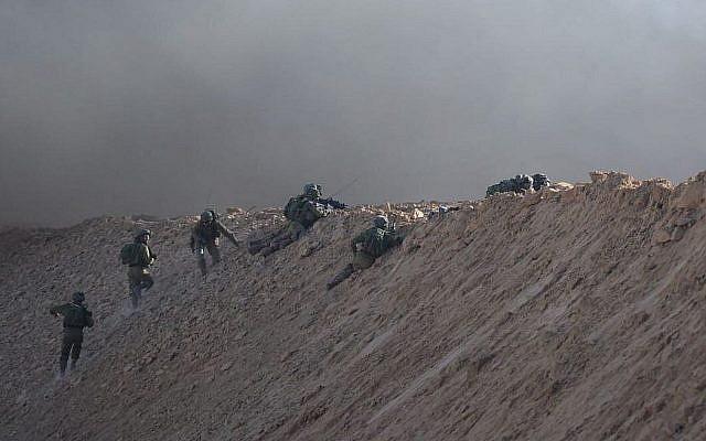 Des soldats israéliens pendant une émeute à Gaza, le 27 juillet 2018. (Crédit : armée israélienne)