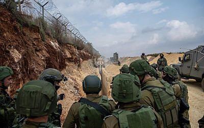 Le chef d'Etat-major  Gadi Eizenkot, au centre, rend visite à des soldats cherchant des tunnels d'attaque du Hezbollah sur la frontière israélo-libanaise, le 4 décembre 2018 (Crédit : Armée israélienne)