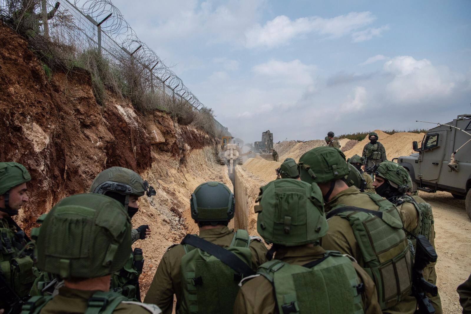 Le chef d'Etat-major Gadi Eizenkot, au centre, rend visite à des soldats cherchant des tunnels d'attaque du Hezbollah sur la frontière israélo-libanaise, le 4 décembre 2018