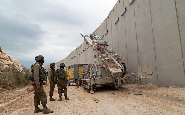 Les militaires israéliens creusent le sol au sud de la frontière avec le Liban pour découvrir des tunnels d'attaques du Hezbollah qui entrent sur le territoire israélien, le 5 décembre 2018 (Crédit : Armée israélienne)