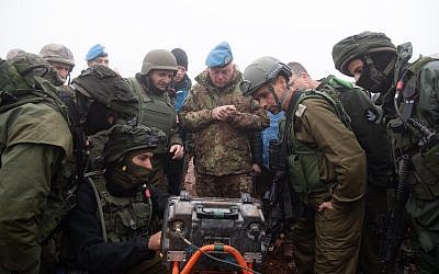 Des soldats israéliens montrent au commandant de la FINUL Stefano Del Col un tunnel du Hezbollah pénétrant dans le territoire israélien depuis le sud du Liban le 6 décembre 2018 (Crédit : Armée israélienne)