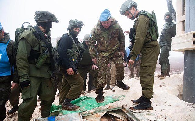 Des soldats israéliens montrent au général de division de la FINUL Stefano Del Col un tunnel du Hezbollah qui entre en territoire israélien depuis le sud du Liban, le 6 décembre 2018. (Crédit : armée israélienne)