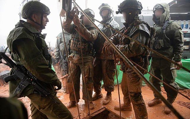 Des soldats israéliens cherchent un tunnel d'attaque du Hezbollah pénétrant en Israël depuis le sud du Liban, le long de la frontière nord, le 8 décembre 2018. (Armée israélienne)