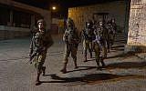 Des soldats israéliens recherchent des hommes armés qui ont ouvert le feu sur un arrêt de bus à l'extérieur de l'implantation d'Ofra en Cisjordanie, blessant sept personnes, le 9 décembre 2018. (Armée israélienne)