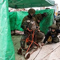 Les soldats de Tsahal découvrent un tunnel menant en territoire israélien depuis le Sud-Liban, qu'Israël dit avoir été creusé par l'organisation terroriste du Hezbollah, le 11 décembre 2018. (Armée israélienne)