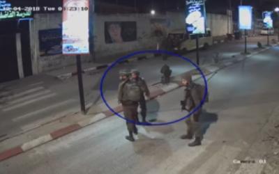 Des soldats israéliens marchent dans une rue de Tulkarem quelques instants avant la mort d'un Palestinien de 22 ans, le 4 décembre 2018 (Capture d'écran vidéo B'Tselem)