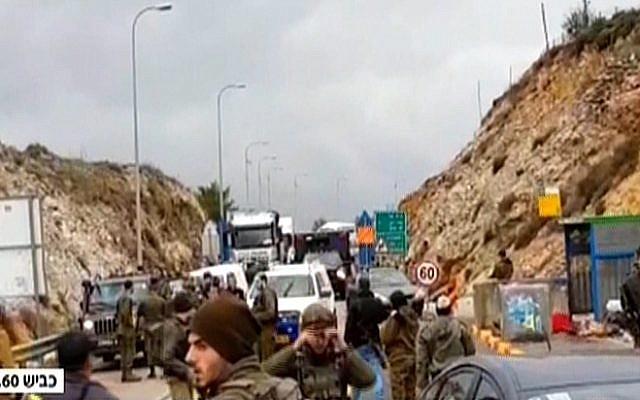 Les équipes de secours sur les lieux d'une fusillade dans le centre de la Cisjordanie, le 13 décembre 2018 (Crédit : capture d'écran Hadashot)