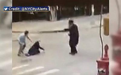 Image extraite d'une séquence de vidéo-surveillance montrant une agression brutale contre un Juif ultra-orthodoxe de Brooklyn, à New York, le 14 octobre 2018  (Capture d'écran : CBS New York)