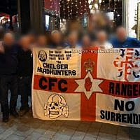 """Les supporters de l'équipe de Premier Lieague britannique de Chelsea du groupe des """"headhunters,"""" tenant une bannière avec un dessin des SS-Totenkopf, le 13 décembre 2018 à Budapest (Capture d'écran : Twitter)"""