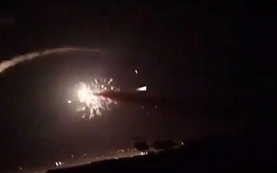 Capture d'écran d'une vidéo sur les réseaux sociaux montrant les frappes aériennes sur Damas, le 25 décembre 2018. (Crédit : Twitter)