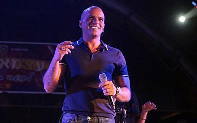 Le chanteur Eyal Golan lors d'un concert donné pour la Journée de l'indépendance à   Beit Shemesh le 5 mai 2014 (Crédit : Yaakov Lederman/Flash90)