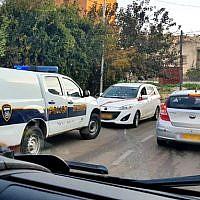 Illustration : La scène d'une fusillade au volant d'une voiture dans la ville arabe israélienne d'Umm al-Fahm qui a blessé un garçon de 14 ans, le 26 décembre 2018. La voiture blanche au centre était la cible de la fusillade, a indiqué la police. (Capture d'écran de Hadashot TV)