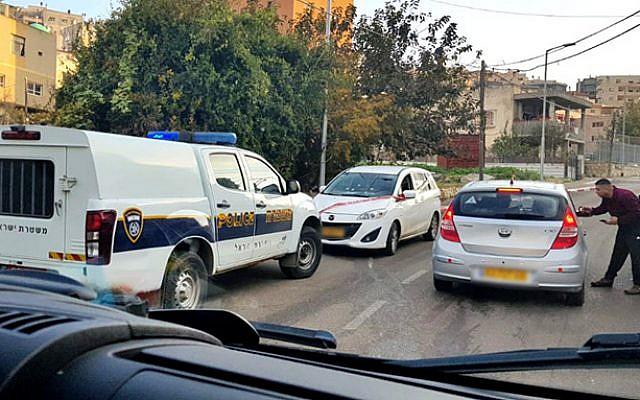 La scène d'une fusillade au volant d'une voiture dans la ville arabe israélienne d'Umm al-Fahm qui a blessé un garçon de 14 ans, le 26 décembre 2018. La voiture blanche au centre était la cible de la fusillade, a indiqué la police. (Capture d'écran de Hadashot TV)