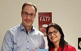 Le secrétaire de la FATF (Financial Action Task Force) David Lewis (à gauche) avec la docteure Shlomit Wagman, dirigeante de l'Autorité anti-blanchiment d'argent et de lutte contre le financement du terrorisme, à l'occasion de l'entrée d'Israël dans le groupe de la FATF, à Tel Aviv, le 10 décembre 2018 (Crédit : ministère de la Justice)