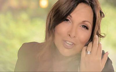 """Hélène Segara dans son clip """"Tout commence aujourd'hui"""" en 2014 (Crédit: capture d'écran Helene Segara Vevo/Youtube)"""