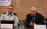 Le général de division Tamir Hyman, (à gauche), chef du renseignement militaire, prend la parole devant la puissante Commission des affaires étrangères et de la défense de la Knesset, aux côtés de son président, M. Avi Dichter, le 11 décembre 2018. (Yitzhak Harari/Knesset)