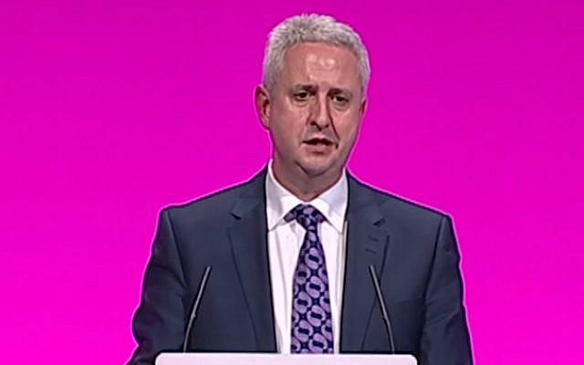 Le député juif britannique du Labour, Ivan Lewis, prend la parole lors de la conférence annuelle de son parti à Manchester en septembre 2014. (Capture d'écran: YouTube)