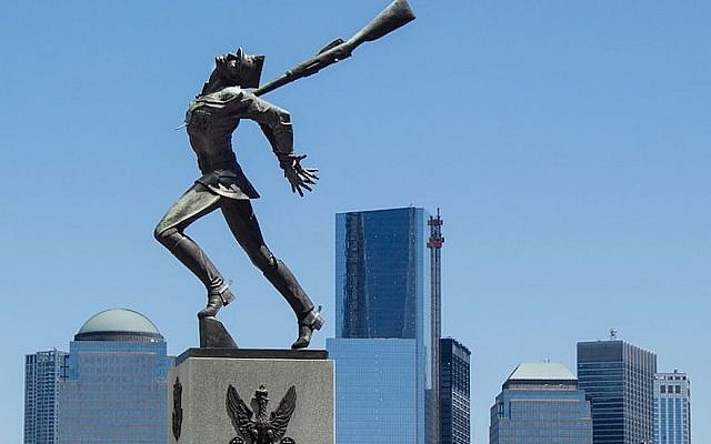 Mémorial à Jersey City, New Jersey, commémorant le massacre de Katyn en 1940. (Eleanor Lang/Wikimedia Commons via JTA)