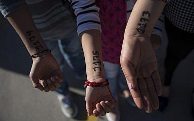 Les numéros inscrits au feutre indélébile sur le bras des demandeurs d'asile mexicains, à la frontière américaine, en novembre 2018. (Crédit : Twitter)