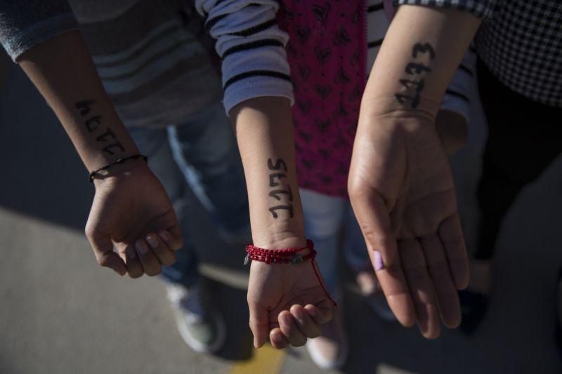 Des numéros marqués au feutre indélébile sur les bras des migrants au Mexique