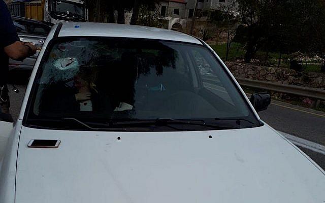 Une voiture palestinienne touchée par des jets de pierre près d'Eli, en Cisjordanie, le 16 décembre 2018 (Autorisation : Secours sans frontières)