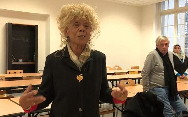 Simone Schwarz-Bart lors de la remise de ses archives personnelles à la Bibliothèque nationale de France en décembre 2018 (Crédit: capture d'écran Francetvinfo)