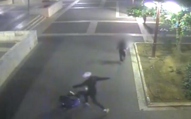 Enregistrement d'une vidéo de surveillance montrant un suspect donnant des coups de pied à un demandeur d'asile soudanais à Petah Tikva, le 14 novembre 2016. (Capture d'écran/Ynet)