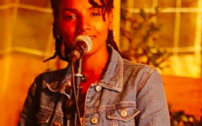 Orit Tashoma, artiste de spoken word (création parlée) et musicienne (avec la permission de Orit Tashoma)