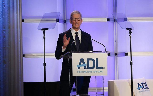Le directeur-général d'Apple Tim Cook lors du sommet 'Never is Now' de l'ADL à New York City, le 3 décembre 2018 (Crédit : ADL)