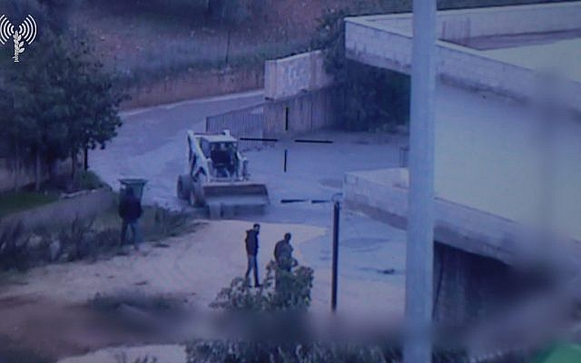 Image diffusée par l'armée israélienne le 28 décembre 2018, montrant un liquide s'écouler d'un tunnel transfrontalier, dans le village libanais de Kafr Kila. (Crédit : unité du porte-parole de l'armée)