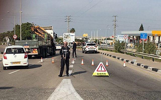 Un barrage routier installé par la police à Umm al-Fahm après l'enlèvement d'un enseignant devant un lycée, le 12 décembre 2018. (Crédit: capture d'écran Hadashot)