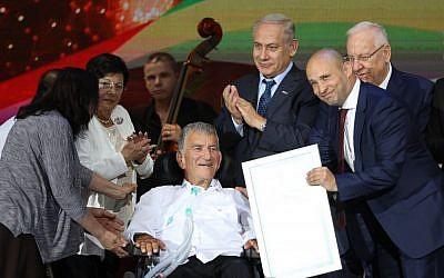 Le ministre de l'Education Naftali Bennett,  le Premier ministre Benjamin Netanyahu et le président Reuven Rivlin avec Zvi Levy, lauréat du prix d'Israël, au centre de conférences international de Jérusalem le 2 mai 2017 (Crédit : Yonatan Sindel/Flash90)
