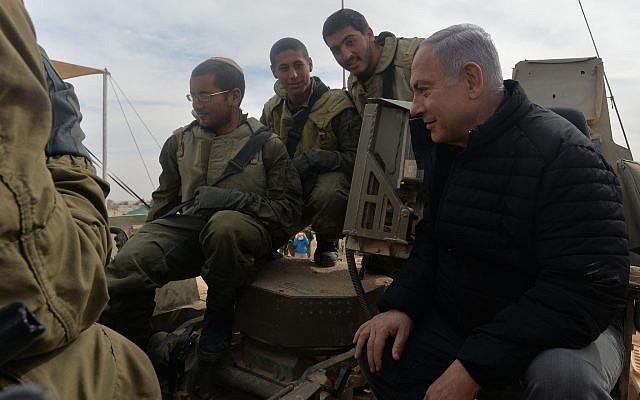 Le Premier ministre Benjamin Netanyahu a rencontré des soldats lors d'une visite à la base militaire de Shizafon, le 23 janvier 2019 (Crédit : Kobi Gideon / GPO)